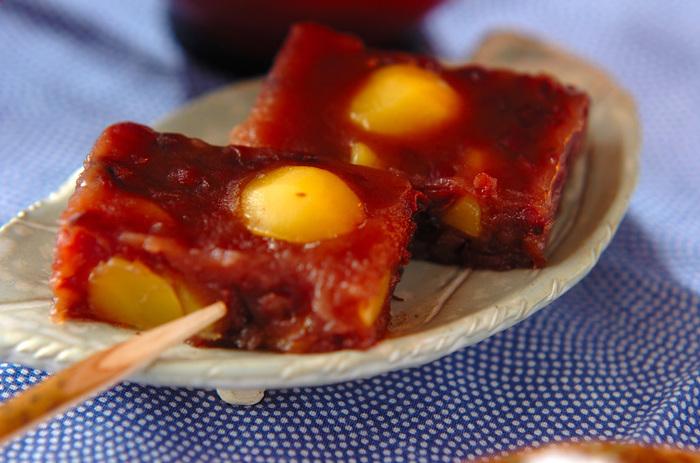 栗の甘露煮がたっぷり入ったようかんは、ねっとりとした食感で、程よい甘さ。 栗がゴロゴロ入った贅沢感の味わえるようかん。ちょっとした来客にも、喜ばれそうですね!