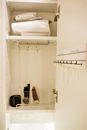 洗面所の鏡の扉裏にプレートを貼ると、こんなに素敵なピアスの収納場所が作れるんですよ◎。バタバタと忙しい朝は、ピアスをうっかり付け忘れることも多いですが、こうしてておけば毎朝サッと取り出せて時短にもつながりますね。
