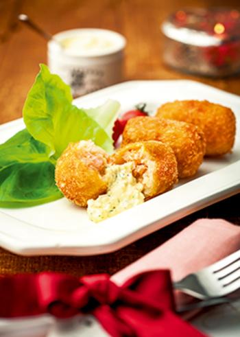 食感の違いを楽しめる鮭とじゃが芋のコロッケ。タルタルソースを加えれば、食欲をそそる一品に。冷めても美味しいので、お弁当のおかずにもぴったりです。