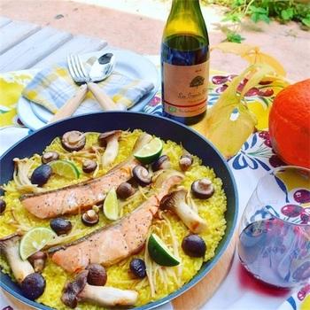 鮭やきのこなどの秋の食材を使って仕上げたパエリア。色どりも華やかなので、おもてなしの際にも出すことができます。ワインともよく合う一品です◎