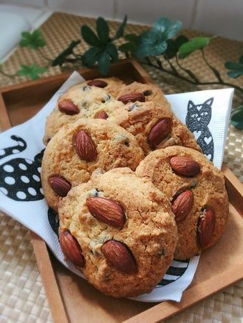 ドロップタイプのアメリカンクッキーの定番、ナッツとチョコフレーバーのクッキーも手作りできます。型要らずですが天板に並べる時にスプーンで角を抑えるようにすると丸くきれいな形になります。