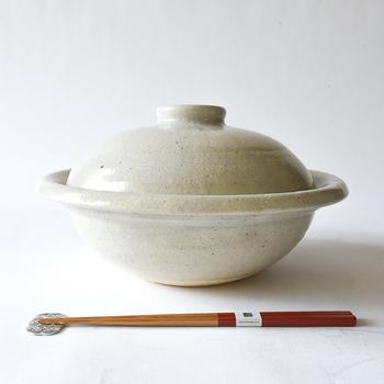 ぬくもりある雰囲気のTOJIKITONYA(トウジキトンヤ)の伊賀土 丸土鍋。一見するとどっしりとした印象ですが、意外にも軽く、ざらりとした手触り、艶やかな釉薬の色合いは、まさに伊賀の特徴的な魅力のひとつです。 シンプルでスタイリッシュな土鍋は、鍋の回りをぐるりと囲む縁が日本の伝統模様の「丸輪」に似ていることから、この名前が付いたそうです。取手がない代わりに、ぐるりと縁が付いているので、どこからでもしっかりと掴むことが出来ます。
