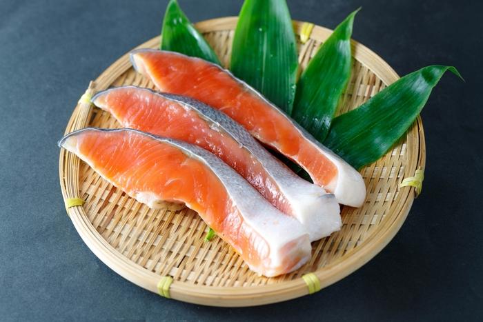 鮭にはいろいろな種類がありますが、それぞれ形や色、肉質や脂のノリなどの違いがあります。 日本で一般的に鮭と呼ばれているものは「白鮭」といい、秋の時期に採れる鮭が「秋鮭」と呼ばれています。秋鮭は、鮭のなかでも脂肪分が少なく、赤身がうすいのが特徴です。購入の際には、皮に艶があり、赤身が色鮮やかで硬めのものを選ぶのがおすすめです。