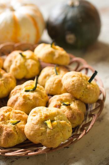 生地にカボチャを練り込んでかぼちゃの形に仕上げた楽しいクッキーです。カボチャを加える分、バター控えめであっさりした優しい味わいです。