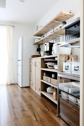 重たい大型レンジや家電をひとまとめに収納できるレンジラックには、ゴミ箱付きタイプがたくさんあります。 耐久性のあるステンレスやスチール製、ナチュラルインテリアに馴染みやすい木製など、デザインも豊富。