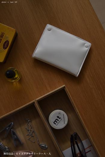 やわらかい素材でできた「EVAアクセサリーケース」も、旅行の携帯用におすすめのアイテムです。大きさはカードサイズとパスポートサイズ、2種類のサイズが販売されています。