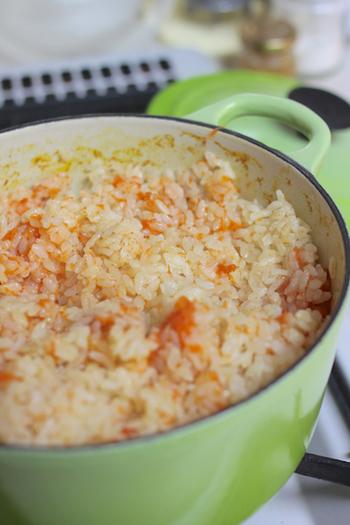 こちらは、コンソメやバターなどを使った洋風の炊き込みご飯レシピ。にんじんの色味が鮮やかですね。にんじん嫌いのお子様もこれなら食べてくれるかも♪