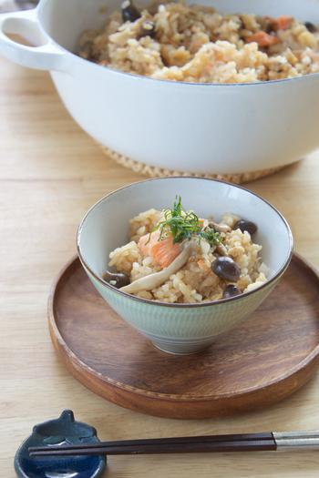 ル・クルーゼの鍋なら、おいしい炊き込みご飯がさくっと作れますよ♪こちらは大きな鍋で炊く6人分のレシピ。鮭やしめじなど秋の味覚をたっぷり使って召し上がれ。