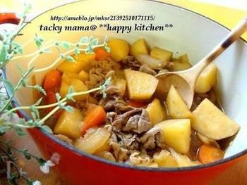ル・クルーゼ鍋で和食の定番、肉じゃが作りにトライしてみませんか♪水を使わずに作るので、こっくりとしたおいしさとほくほく食感を楽しめますよ。