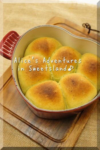 こちらはハート型のル・クルーゼ鍋で焼くパンレシピ。全体がハート型になるのがかわいいですね♪バジルやチーズを使った、食事パンにもおすすめの味わいです。