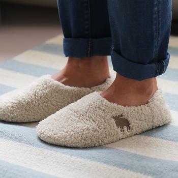 フワフワもこもこの感触で、履くだけで幸せ気分になれるルームシューズです。スウェーデン発のアイテム「moz(モズ)」の、ヘラジカのワンポイントがキュート。冷え性の方へおすすめです。