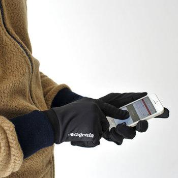 アメリカの老舗アウトドアブランド「patagonia(パタゴニア)」の、機能的なグローブです。保温性にすぐれているのはもちろん、ちょっとした雨天でも大丈夫ですし、防臭性もばっちり。着けたままスマホも操作できるので通勤のお供にぴったりです。