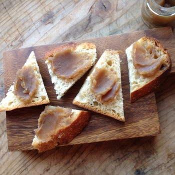 バターを塗ったパンに、軽く塩を振ってからジャムをたっぷり乗せるのが美味しいのだそう。裏ごしをしていないので、栗の粒の食感もしっかり感じられますよ。