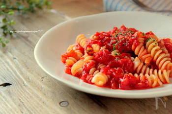 アラビアータは、インパクトのある味わいながら、トマトソースがベースなので、色々な食材と合うのも魅力です。  定番のなすはもちろん、魚介やお肉など、お好みの具材をプラスしてアレンジを楽しむことができ、工夫次第で残り物を活用することも◎