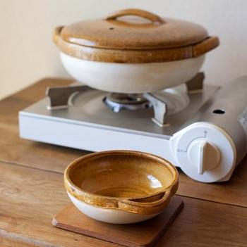 """カセロラ鍋のデザインの特徴でもある縁部分には、通常の作業工程に加え、さらに一手間も二手間も時間を費やし、細部にわたり職人ならではの技が感じられる逸品です。 耐熱性も高く、本来の萬古焼を一歩進めた新しい土鍋とも言えるでしょう。お鍋とおそろいのデザインが素敵な""""とんすい""""と一緒なら、さらに食事の時間が楽しくなりそうですね!"""