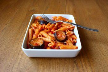 定番のアラビアータになすをたっぷり入れたレシピ。辛さがしっかりしているので、お酒にも合います! 甘酸っぱいトマトの酸味があとを引く一品です。