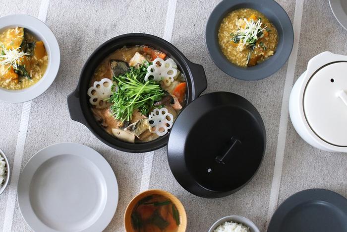 一般的な土鍋と比べると吸水率がとても低いので、料理の匂いが鍋に移りにくく、いつまでも清潔に使えるというのも嬉しいですね!冬だけに限らず、一年中色々な形で土鍋を使ったお料理を楽しみたくなる…。そんな素敵なアイテムです。