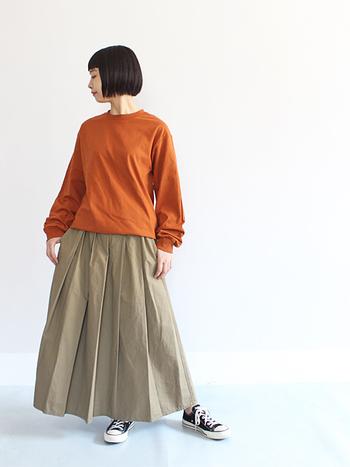 袖にボリュームがあるロングTシャツは、ボリューム感のあるスカートとのバランスも抜群です。