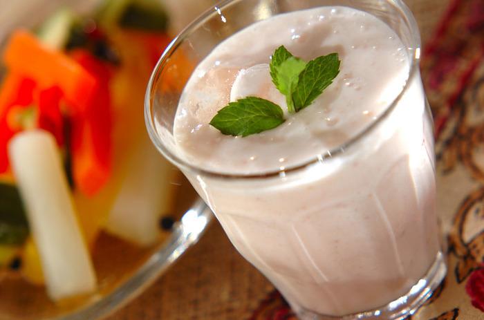 作るのもお手軽ですし、イチゴの代わりにキウイなどを使っても美味しくいただけます。練乳や砂糖で甘さの調整も自由自在、さっぱりさせたい方はミントの葉を添えて見てもいいでしょう。