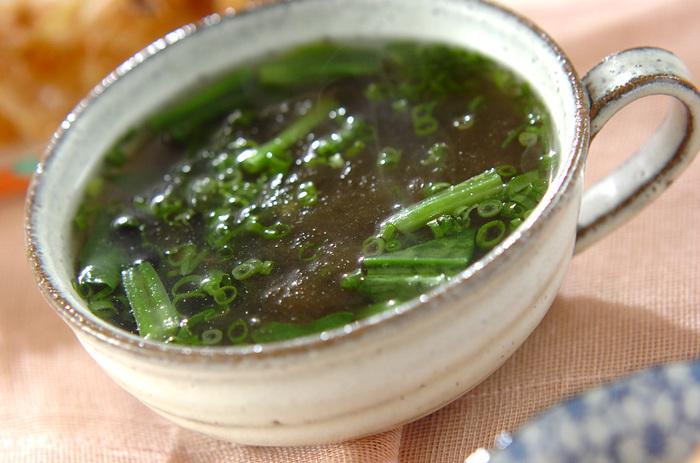 こちらはとろろ昆布とホウレン草のスープ。ホウレン草ととろろ昆布は食べやすい大きさにあらかじめ切っておきましょう。ヘルシーなのに栄養もしっかり摂れる嬉しい一品です。