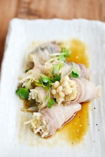 とろろ昆布とえのきの豚肉巻き。えのきととろろ昆布を豚肉で巻き、レンジで加熱するだけ。さっぱりとした味わいなので、ご飯にもお酒にもよく合う一品です*
