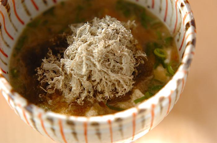 お豆腐とお好みの野菜をたっぷり入れたお味噌汁を作り、最後にとろろ昆布を盛り付け。簡単な工程ですが、いつものお味噌汁がより味わい深い一品になります。
