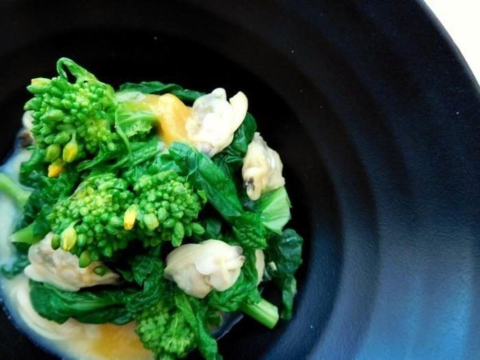 普段不足しがちな貝類を使ったサラダです。野菜が苦手な方でもぴり辛で食べやすい一品です。菜の花の代わりに旬の野菜を使うこともできます。
