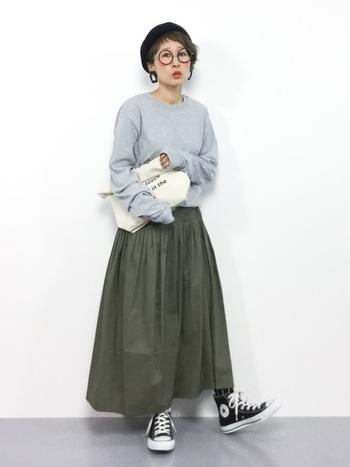 長めの袖とマキシ丈のたっぷりギャザースカートがこなれている雰囲気を醸し出しています。襟ぐりのあきがちょうどよく、首をきれいに見せています。