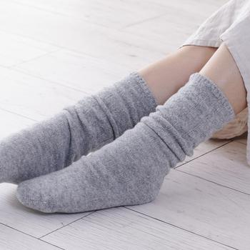 ライトグレーは、洋服やコーディネートを選ばず履ける定番にしたいカラー。 4枚目に履くカバーソックスは縄編み柄で、くしゅくしゅっとして履くのは勿論、伸ばして柄を見せても可愛らしい雰囲気に…。