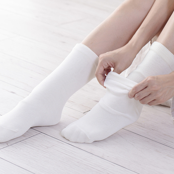 """くらしきぬの""""冷えとり靴下""""は、4枚重ね。素材にウールを採用し、1枚目は長さにこだわった絹5本指靴下、2枚目はウールの5本指靴下、3枚目はしめつけ感がほとんどない絹先丸靴下 、4枚目はとっても温かいウールのカバーソックス。"""