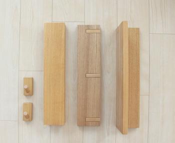無印良品の壁インテリアを楽しむためのアイテム『壁に付けられる棚』をご紹介します。写真左からフック・長押・ハンガーフック・棚です。