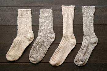 最新の機械で大量生産されるものとはまた違う、素朴なあたたかさが伝わってくる靴下は、一枚一枚それぞれに表情が異なるため、なんと、同じような表情のものを手作業で一足のペアにしているんだそうです。