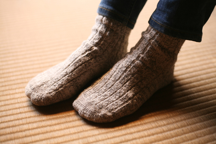 "ORGANIC GARDENの""ガラボウソックス""は、オーガニックコットンの落ち綿を使用し、明治時代に日本で開発されたガラ紡績機で作られた糸を丁寧に編み込み作られています。 ガラ紡績機というのは、日本独自の紡績機で、明治6年に長野県安曇野市生まれの臥雲辰致(がうんたっち1842~1900年)という人によって開発されたんだそうです。紡績する際、ガラガラ音が鳴ることから""ガラ紡""という名前になったんだとか…。"