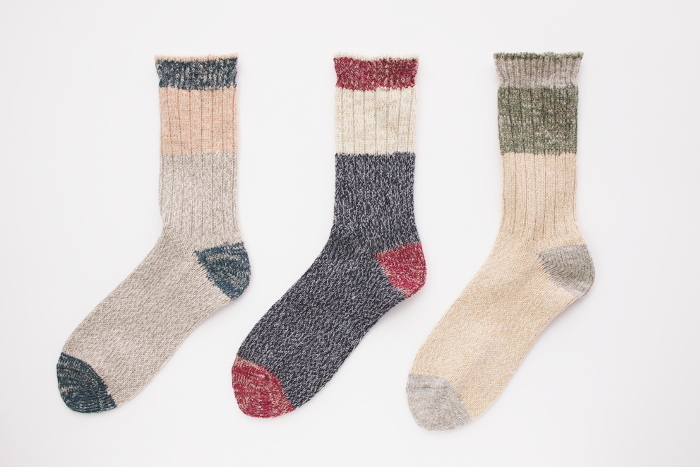 カラーは左からクラウディ(グレー)、サイレントナイト(ネイビー)、フォレスト(ベージュ)の3色。 ローゲージの靴下ならではの優しい履き心地を感じてみてはいかがでしょう!