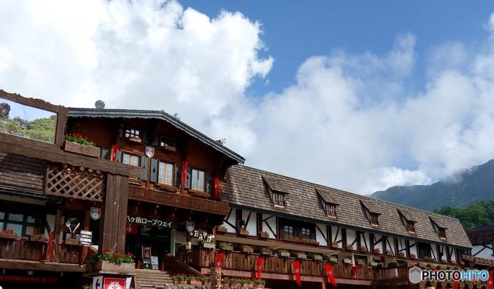 ロープウェイ乗り場のある山麓駅は、まるで海外の山小屋のような雰囲気で素敵ですね。レストランや売店、バーベキュー施設などもあるので、山の景色を楽しんだ後に食事やお土産を買いに立ち寄ってみてくださいね。