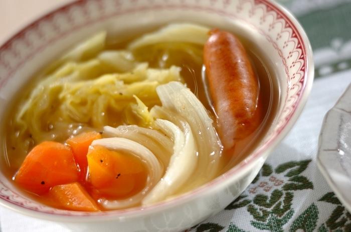 大きめにカットした野菜とソーセージをお鍋でコトコト煮込んだ、コンソメ風味のポトフ風あったかスープ。冷えた身体をじっくりとあたためてくれます。