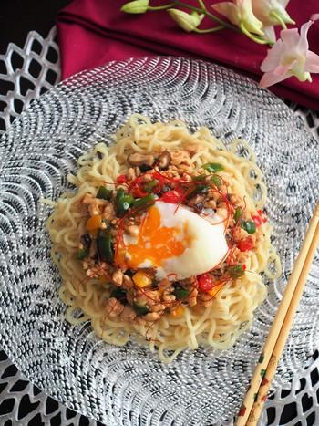 先ほどの中華そぼろを使って、中華麺にアレンジ。片栗粉でとろみを付けるだけの簡単アレンジレシピです♪