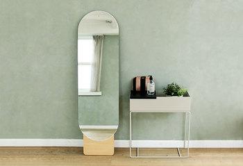 狭い玄関には、大き目の鏡を飾るのもおすすめです。ミラーが空間を映し出すことで奥行きが生まれるので、玄関を広々とした印象にしてくれます。おうちのテイストに合わせて、お洒落な鏡を一枚ディスプレイしてみませんか!
