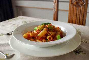 キノコや香味野菜をたっぷり使ったボロネーゼは、パスタの一種・リガトーニを使ってもよく合います。  細かい溝が入ったリガトーニは、ソースがよく絡むのでこってり系のソースにぴったりです。使うパスタの種類を変えるだけで、おもてなしにも使える一品になりますね。