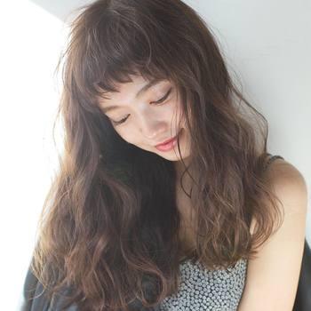 頭皮や髪への美容効果やリラックス効果が高いとされているスペシャルケアが「オイルマッサージ」です。 オイルマッサージを取り入れることで、頭皮の血液循環を良くし、コリをほぐすことで緊張を和らげてストレスの解消につながると言われています。