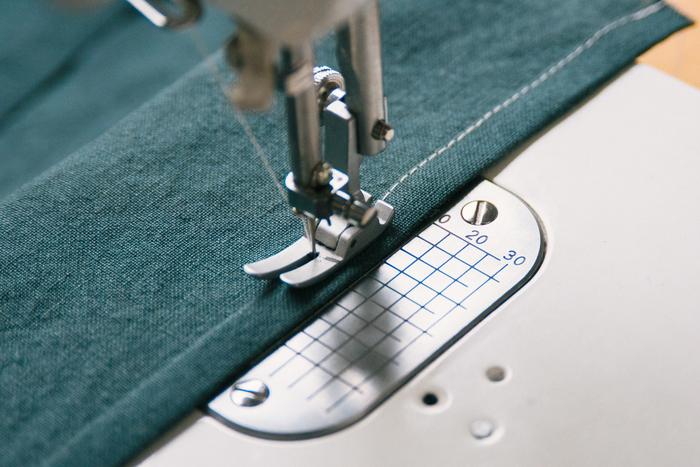 折り目を付けた両端をそれぞれミシンで縫います。(※わかりやすくする為にミシン糸の色を変えています。)