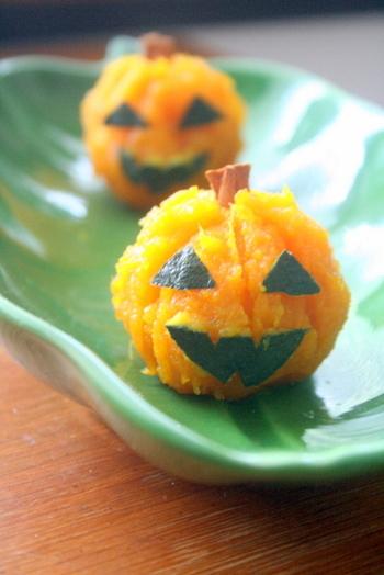 思わず笑顔がこぼれそうなかぼちゃのお菓子。シンプルにマッシュしたかぼちゃペーストに、きび砂糖やシナモンパウダーなどを混ぜて茶巾にします。目や口はかぼちゃの皮、頭のヘタにはシナモンスティックを使っているんですよ♪