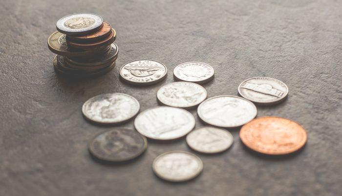 世界の「塩の歴史」もみてみましょう。 日本で、会社員を意味する「サラリーマン」のサラリー=salary(給料、俸給)は、古代ローマの言葉で「Salarium,sal(塩)」から派生したという話は有名ですよね。当時(古代ローマ帝国の時代)は、塩をたくさん生産することが難しいながら長期保存が可能で、貨幣同等の価値として貨幣と一緒に支給されていたそうです。それほど、希少価値のあるものだったんですね。