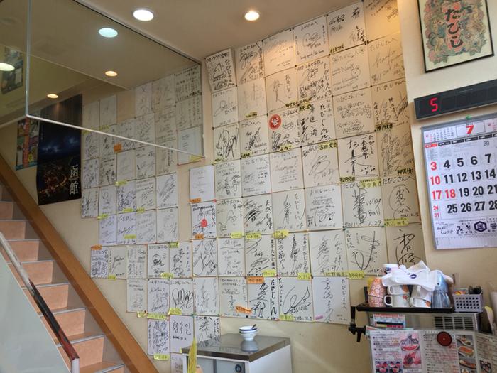 因みに、店内の壁には、多くの芸能人が書いたサインの色紙がぎっしり。タカアンドトシさんや、彦摩呂さんなどのサインが並んでいます。とっても有名な海鮮丼のお店なので、函館に行ったら是非押さえておきたいですね。