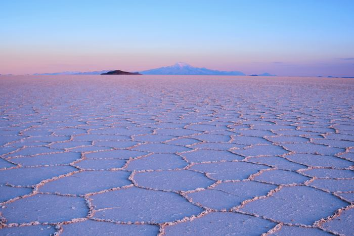 もうひとつの原料である湖塩は塩湖からつくられ、ウユニ塩湖や死海など有名です。死海には、なんと海の8倍もの濃度の塩分が含まれているのだとか。ただし、岩塩も湖塩も、もともと海水だったことには違いありません。