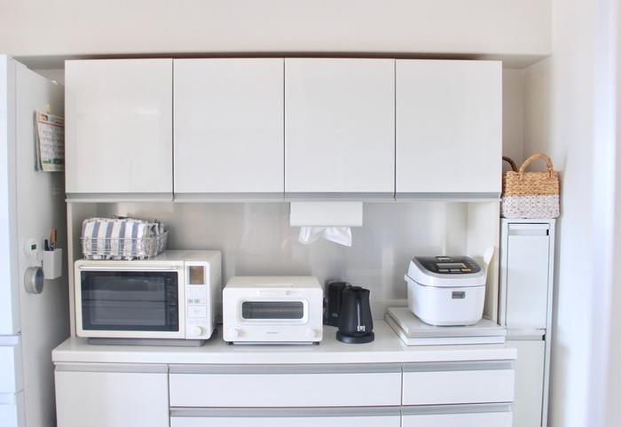 スチール製ダストボックスは、隙間収納に適したスリムタイプから、カウンターと同じ高さに揃えて使えるワイドサイズまで種類がたくさんあります。最大6分別できるものもあり、細かく仕分けしておきたい派に最適。 ゴミ箱に見えないおしゃれな佇まいなので、収納ボックスとして使用されるお家も多いのだとか。