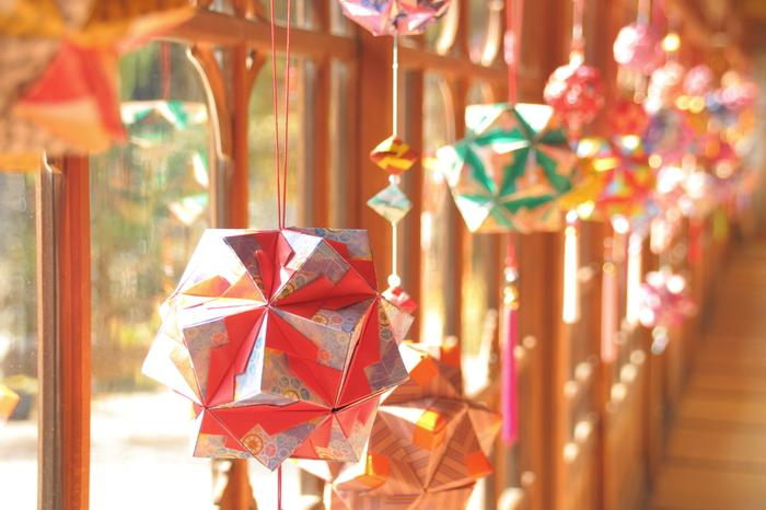 ユニット折り紙の代表格であるくす玉。大きなパーツを使えば主役級のインテリアになりますよ。和風の折り紙などを使えば、お正月や七夕などの飾りにもぴったりです。