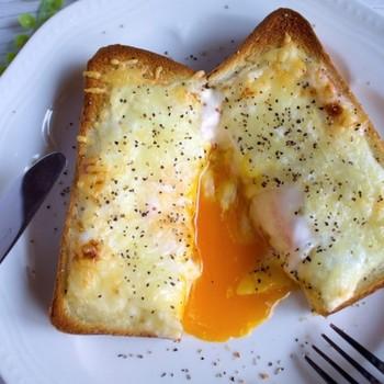 朝からしっかり食べたい時におすすめのレシピです。 生クリームやホワイトソースを作らなくても、牛乳、チーズ、マヨネーズだけで、ソースができあがります。 とけだす卵が美味しそう!カリカリに焼いたベーコンものせて食べたいですね。