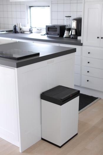 ひよりごとさんのビルトインに使われているゴミ箱は、ドイツHailo(ハイロ)社のビッグボックススイングです。  調理中はあまり触れたくないゴミ箱ですが、蓋にはセンサー機能が付いていて、指先で軽く触れるだけで自動開閉してくれます。 センサー付きダストボックスは、HailoやEKOをはじめ、IKEAやコストコでも注目の進化系ゴミ箱。