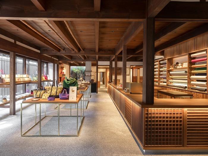江戸時代から奈良で手績み手織りの麻織物を扱ってきた「中川政七商店」。そのテキスタイルブランド「遊 中川」の本店では、「鹿草木(しかくさき)」など奈良をモチーフにした商品が並んでいます。ハンカチや巾着などの雑貨の他、お菓子も取り扱われており、奈良のお土産を探すのにはぴったり。